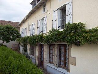 Maison de caractère SAINT SANTIN CANTALES 187 m² ()