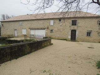 Moulin SAINT GENIS D'HIERSAC 174 m² ()