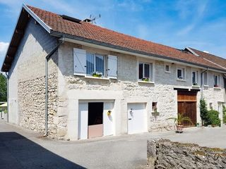 Maison en pierre BELLEY 210 m² ()